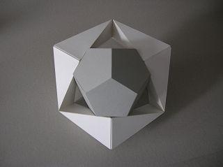 Dodekaeder von Stülpring umgeben