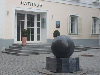 Kugel vor Rathaus in St.Wolfgang