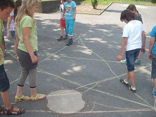 beim Ablaufen der Kreisteilung 5 auf dem Schulhof