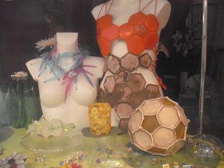 Ball-Moden in einem Düsseldorfer Schaufenster
