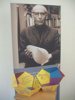 Paul SCHATZ mit Oloid und Tierkreis-Dodekaeder