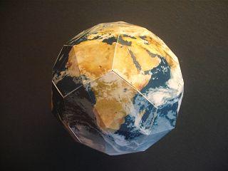 Erde-Modell aus Bastelbogen von der Volkssternwarte Recklinghausen